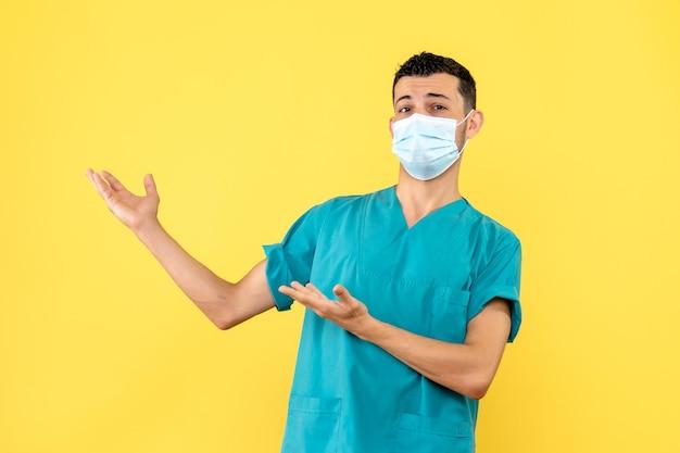 Vista lateral de un médico da consejos a los pacientes.