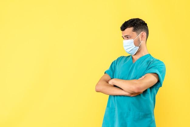 Vista lateral de un médico con máscara, un médico no está contento por el inicio de la cuarentena