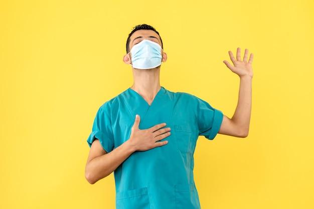 Vista lateral un médico con máscara un médico promete que ayudará a los pacientes con coronavirus