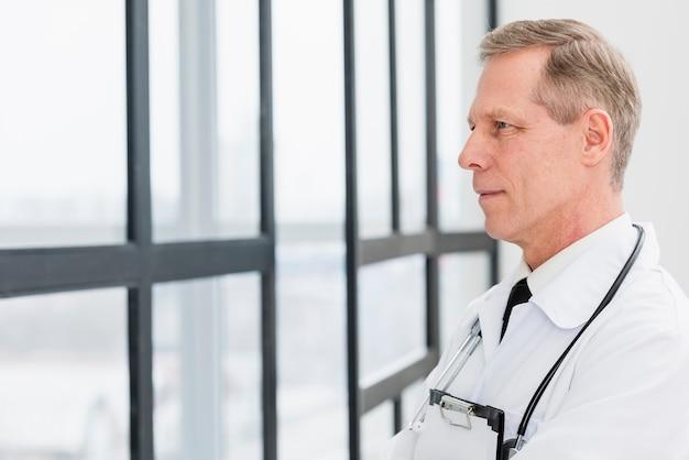 Vista lateral médico masculino