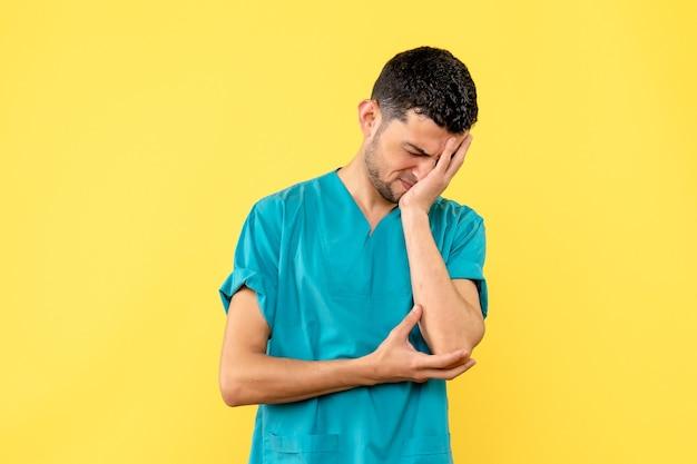 Vista lateral un médico un médico está cansado porque todo el día ayudó a pacientes con covid-