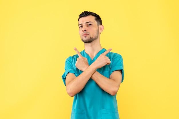 Vista lateral un médico un médico dice qué no hacer si tiene un covid-