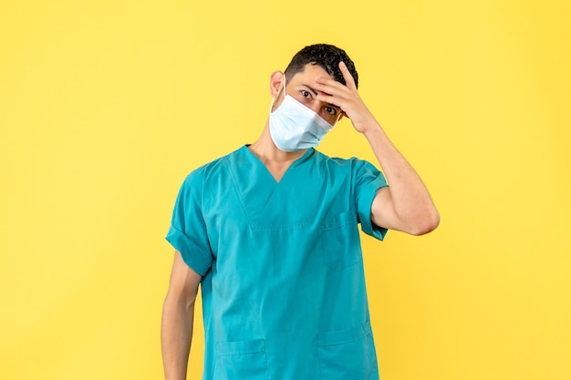 Vista lateral un médico un médico habla sobre los efectos secundarios de la nueva vacuna contra el coronavirus