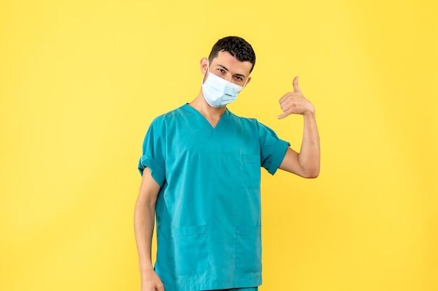Vista lateral de un médico, un médico con máscara dice que llame a una ambulancia si se siente mal