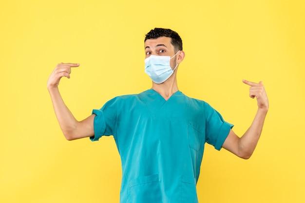 Vista lateral de un médico un médico de la máscara habla sobre la importancia de la medicina