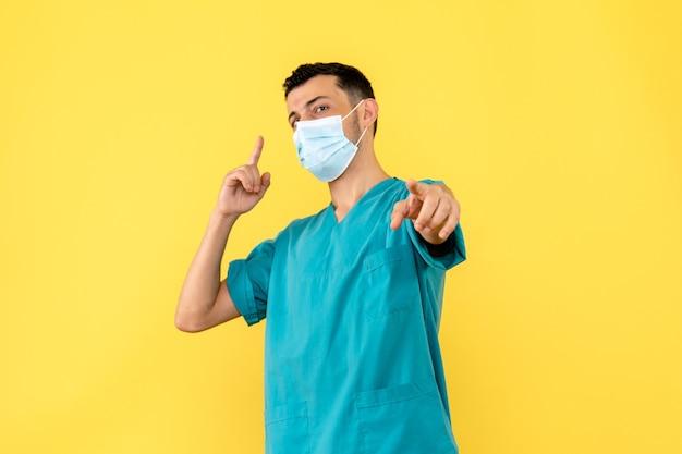 Vista lateral de un médico un médico en máscara habla sobre la importancia de usar máscaras