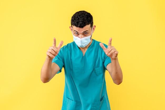 Vista lateral de un médico un médico en máscara habla sobre los pacientes con enfermedades graves