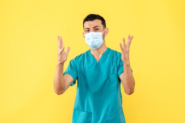 Vista lateral de un médico un médico en máscara habla sobre los pacientes con infecciones graves