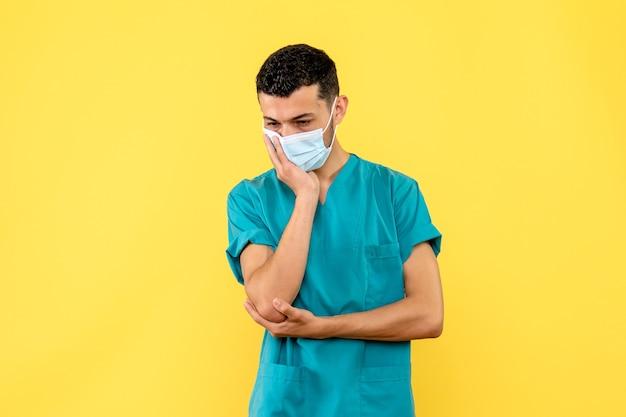 Vista lateral de un médico un médico con máscara está pensando en los pacientes con coronavirus