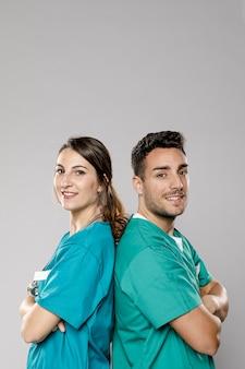 Vista lateral de médicos sonrientes posando