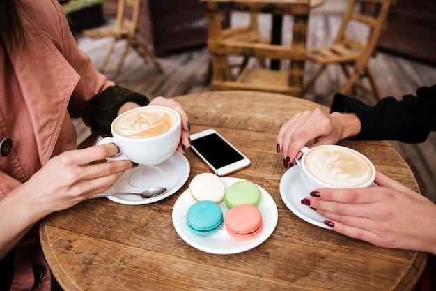 Vista lateral de la mesa en la cafetería bebe café