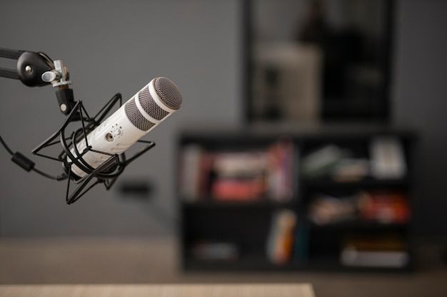 Vista lateral de un micrófono de radio con espacio de copia