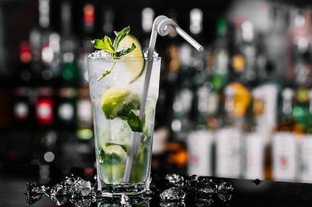 Vista lateral mojito cóctel ron con limón menta y hielo en el vaso