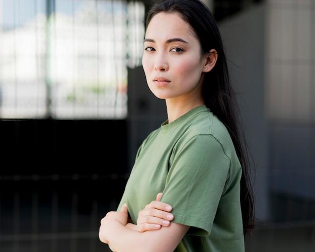 Vista lateral mujer asiática que parece segura