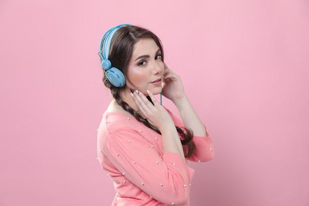 Vista lateral de la mujer con auriculares en la cabeza
