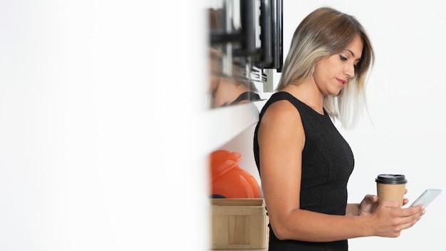 Vista lateral de la mujer con café