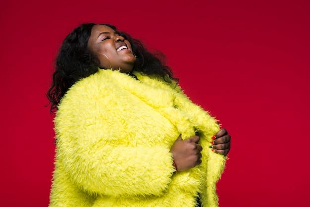 Vista lateral mujer con chaqueta amarilla
