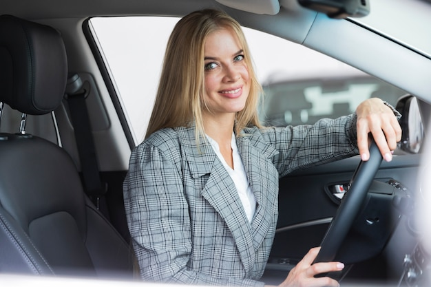 Vista lateral, de, mujer, en coche