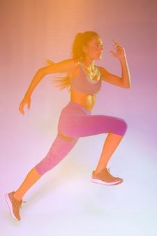 Vista lateral de la mujer corriendo