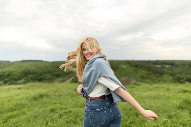 Vista lateral de mujer disfrutando de la naturaleza