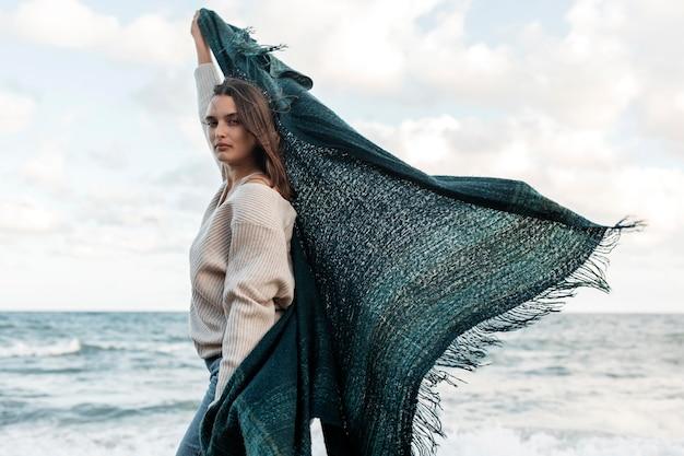 Vista lateral de la mujer disfrutando de su tiempo en la playa.
