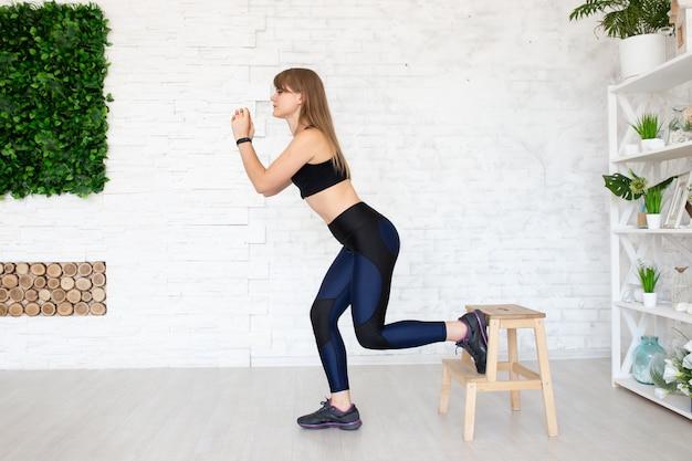 Vista lateral de la mujer fitness haciendo ejercicios de piernas