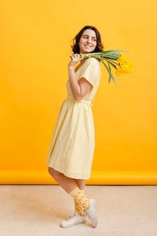 Vista lateral mujer con flores