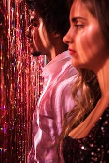 Vista lateral mujer y hombre mirando a otro lado