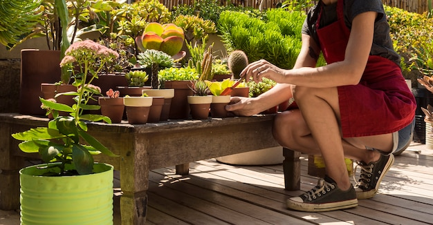 Vista lateral mujer jardinería