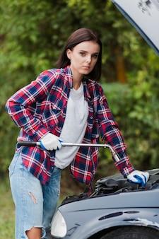 Vista lateral de mujer con llave