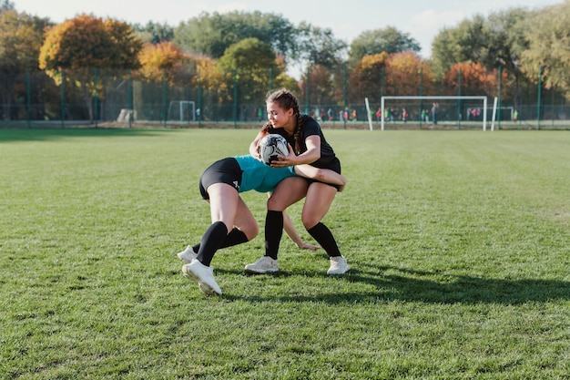 Vista lateral mujer mujer jugando rugby