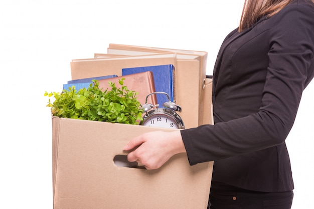 Vista lateral. mujer de negocios que sostiene la caja con artículos de oficina.