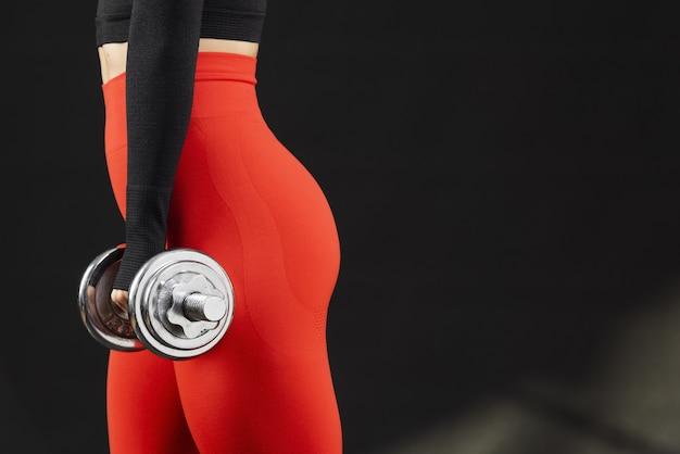 Vista lateral de mujer con pesas y espacio de copia