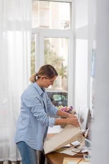 Vista lateral de la mujer que trabaja en la bolsa
