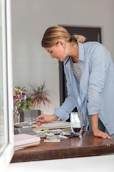 Vista lateral de la mujer que trabaja en el escritorio