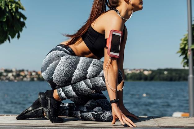 Vista lateral de mujer en ropa deportiva