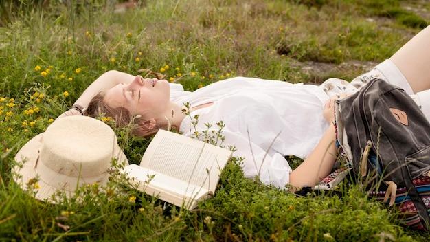 Vista lateral mujer sobre hierba
