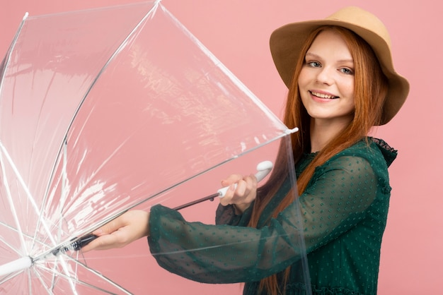 Vista lateral mujer sosteniendo paraguas