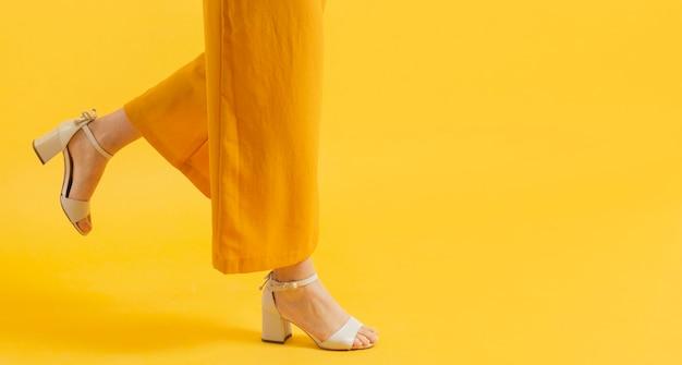 Vista lateral de la mujer en tacones con espacio de copia