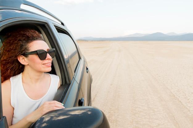 Vista lateral mujer viajando con coche