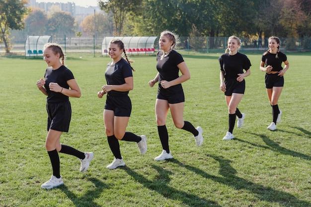 Vista lateral mujeres atléticas corriendo