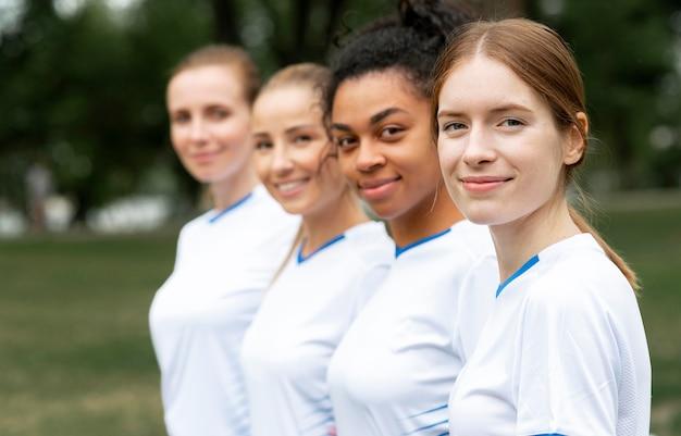 Vista lateral de mujeres vestidas con camisetas blancas