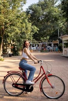 Vista lateral, niña, con, bicicleta