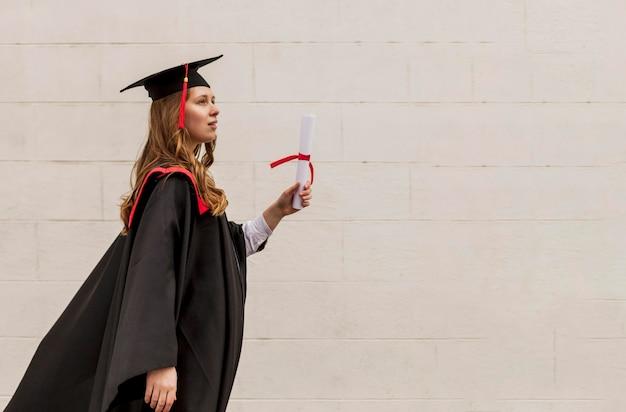 Vista lateral, niña, con, diploma