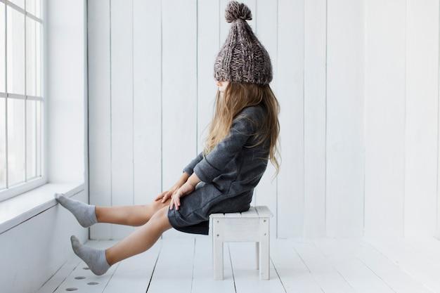 Vista lateral niña posando moda