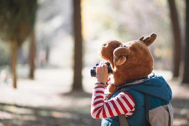 Vista lateral niño con binoculares