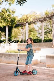 Vista lateral del niño jugando en el parque