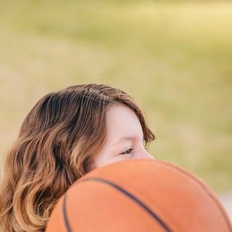 Vista lateral del niño y la pelota.