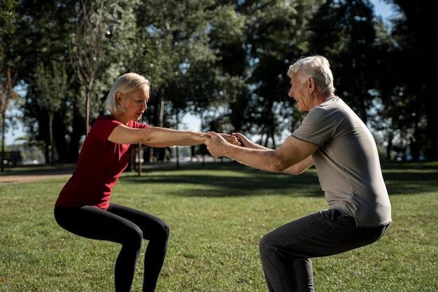 Vista lateral, de, pareja mayor, ejercitar, aire libre