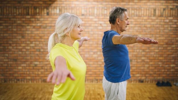 Vista lateral de pareja mayor en gimnasio